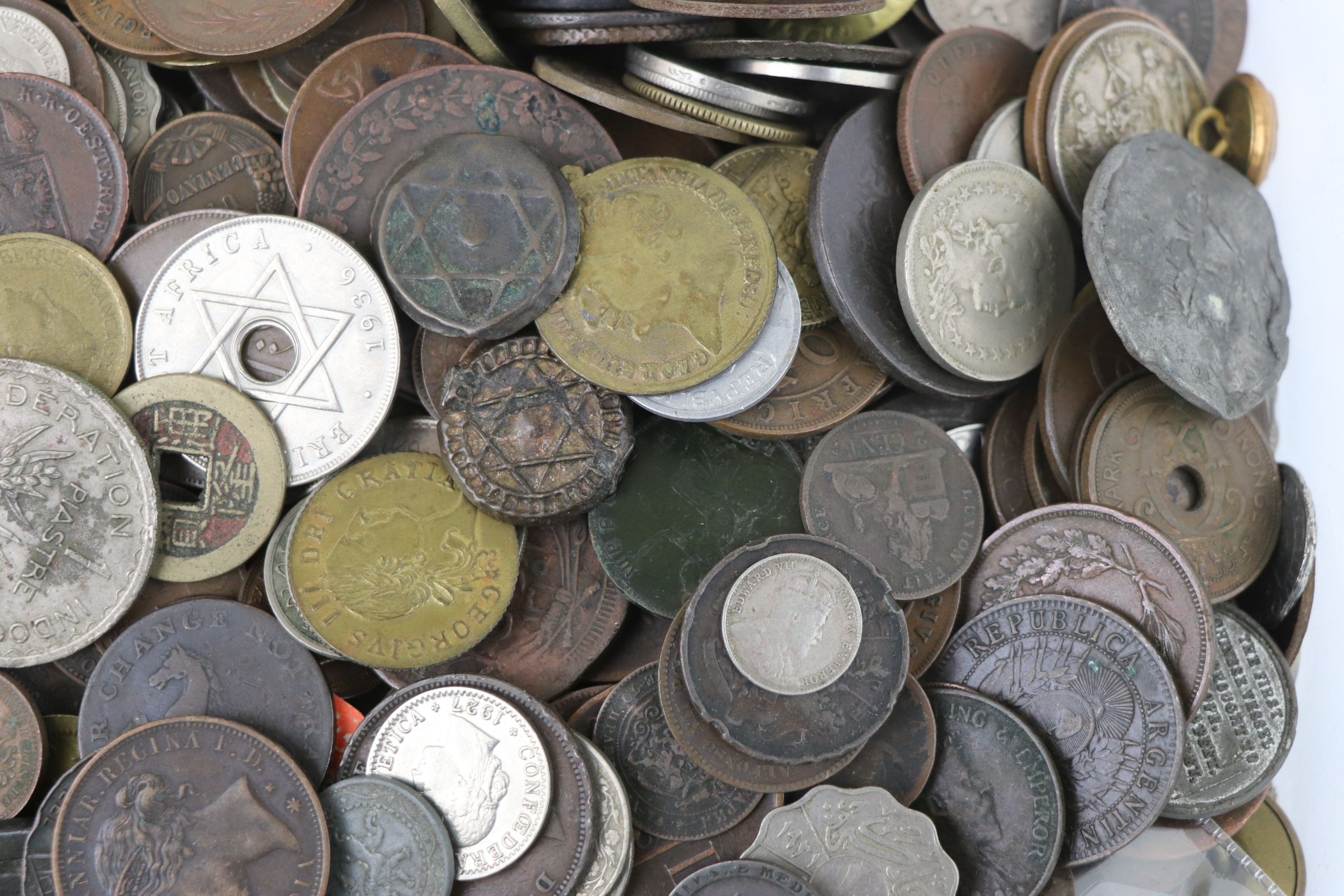 A large collection of British and World coins to include silver examples. - Image 9 of 10