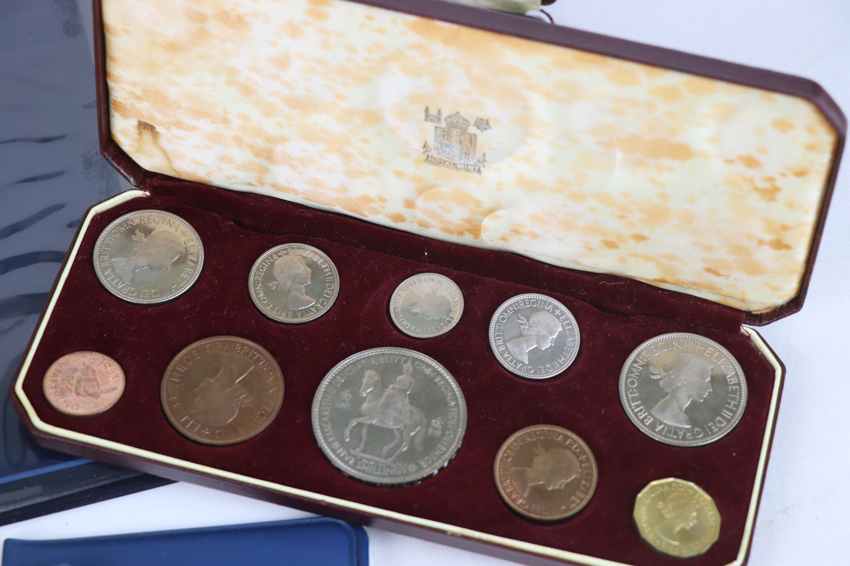 A collection of mainly British coins to include a cased 1953 Royal Mint 1953 coin set, a 1970 - Image 9 of 9