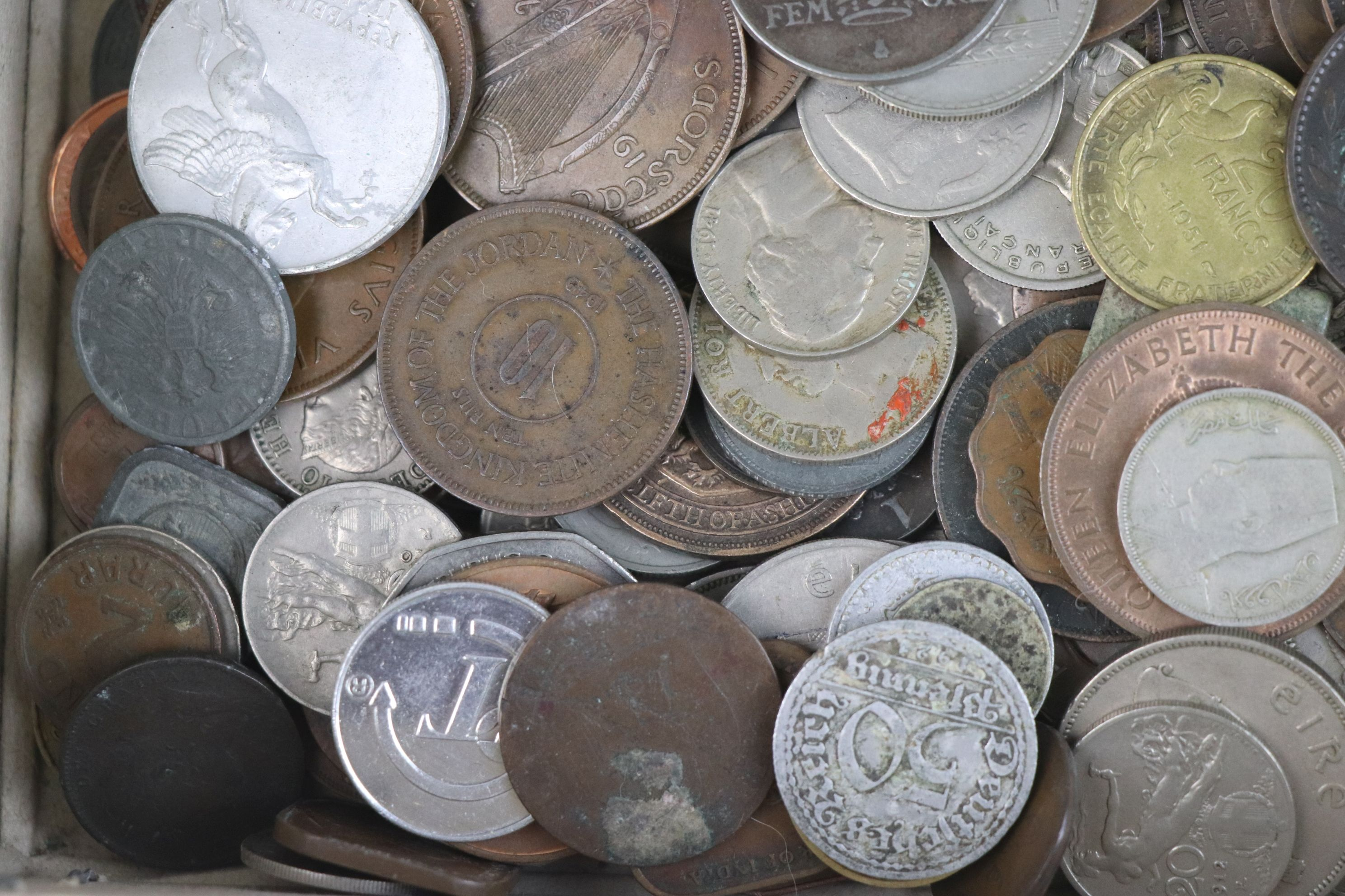 A collection of mixed 19th and 20th century British and world coins. - Image 4 of 10
