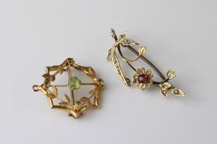 Edwardian peridot unmarked yellow gold pendant brooch, assessed as 9ct gold, one peridot