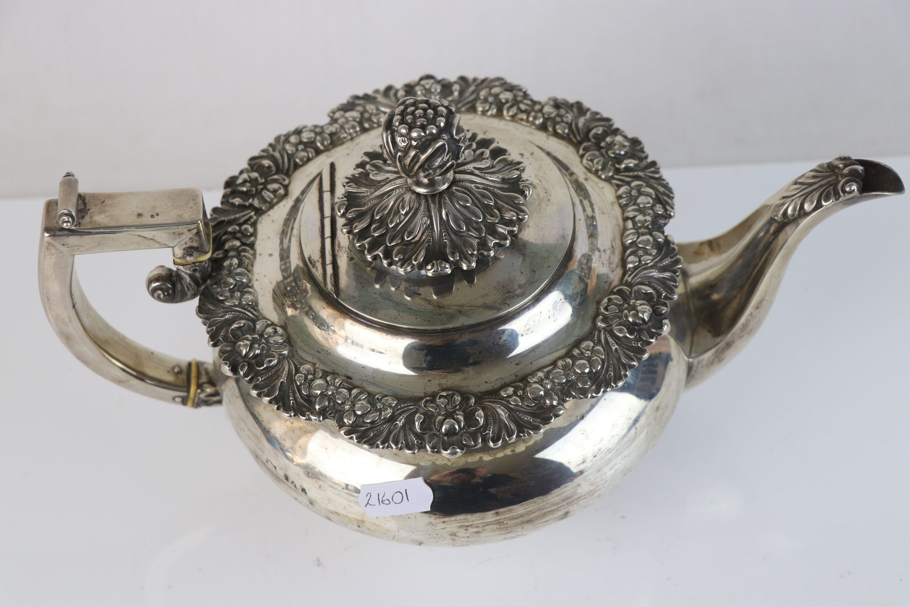 A fully hallmarked sterling silver George III teapot, maker mark rubbed and indistinct, assay marked - Image 4 of 5