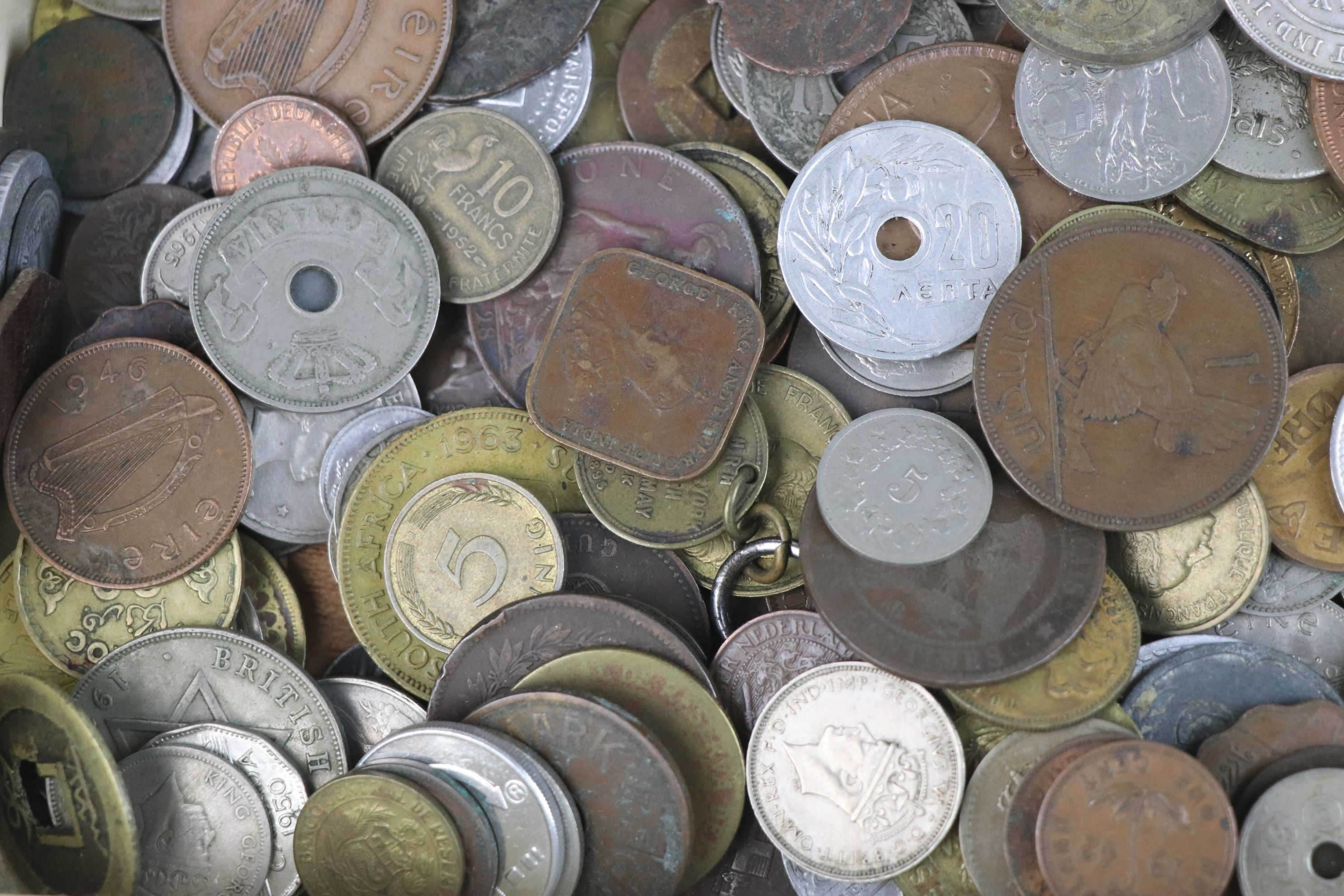 A collection of mixed 19th and 20th century British and world coins. - Image 4 of 7