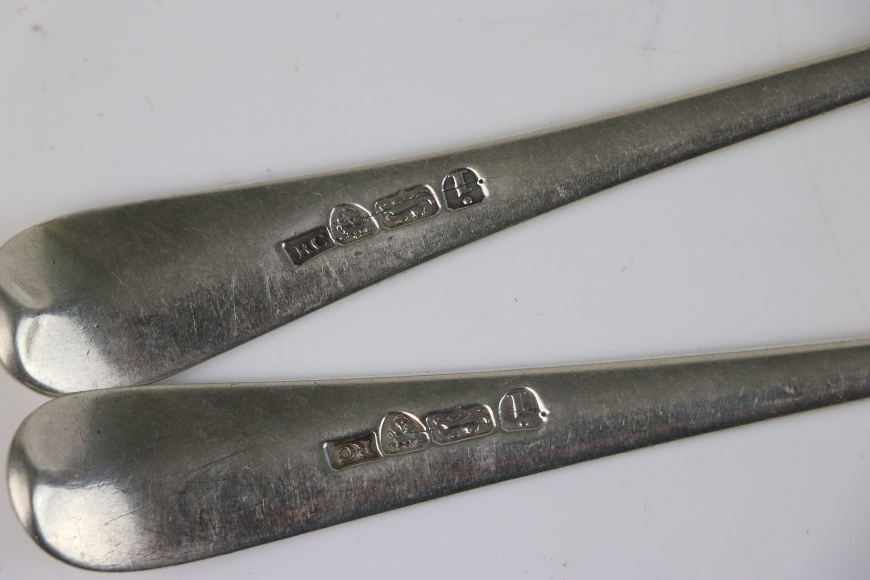 A pair of Georgian fully hallmarked sterling silver dessert spoons, maker marked for Richard - Image 5 of 5