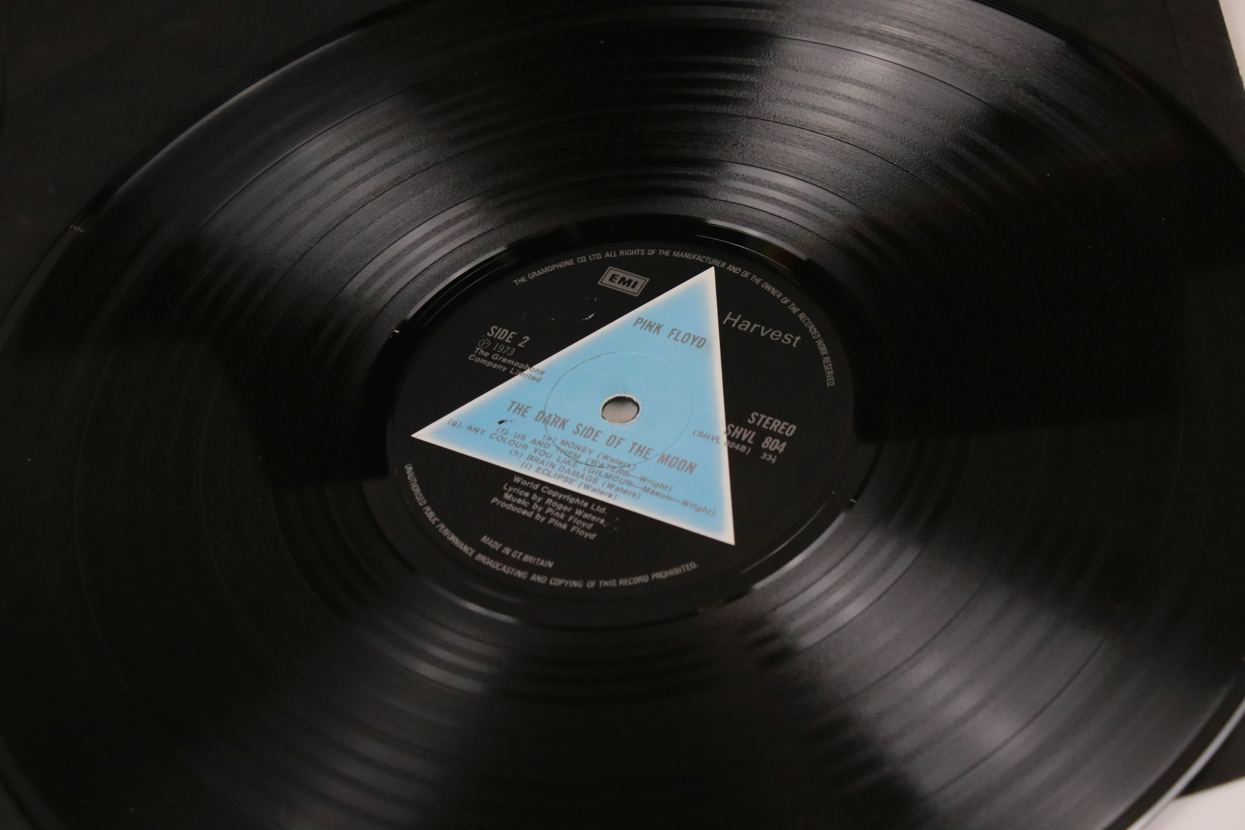 Vinyl - Pink Floyd Dark Side of The Moon LP on Harvest SHVL804 Stereo, solid light blue triangle, no - Image 4 of 6