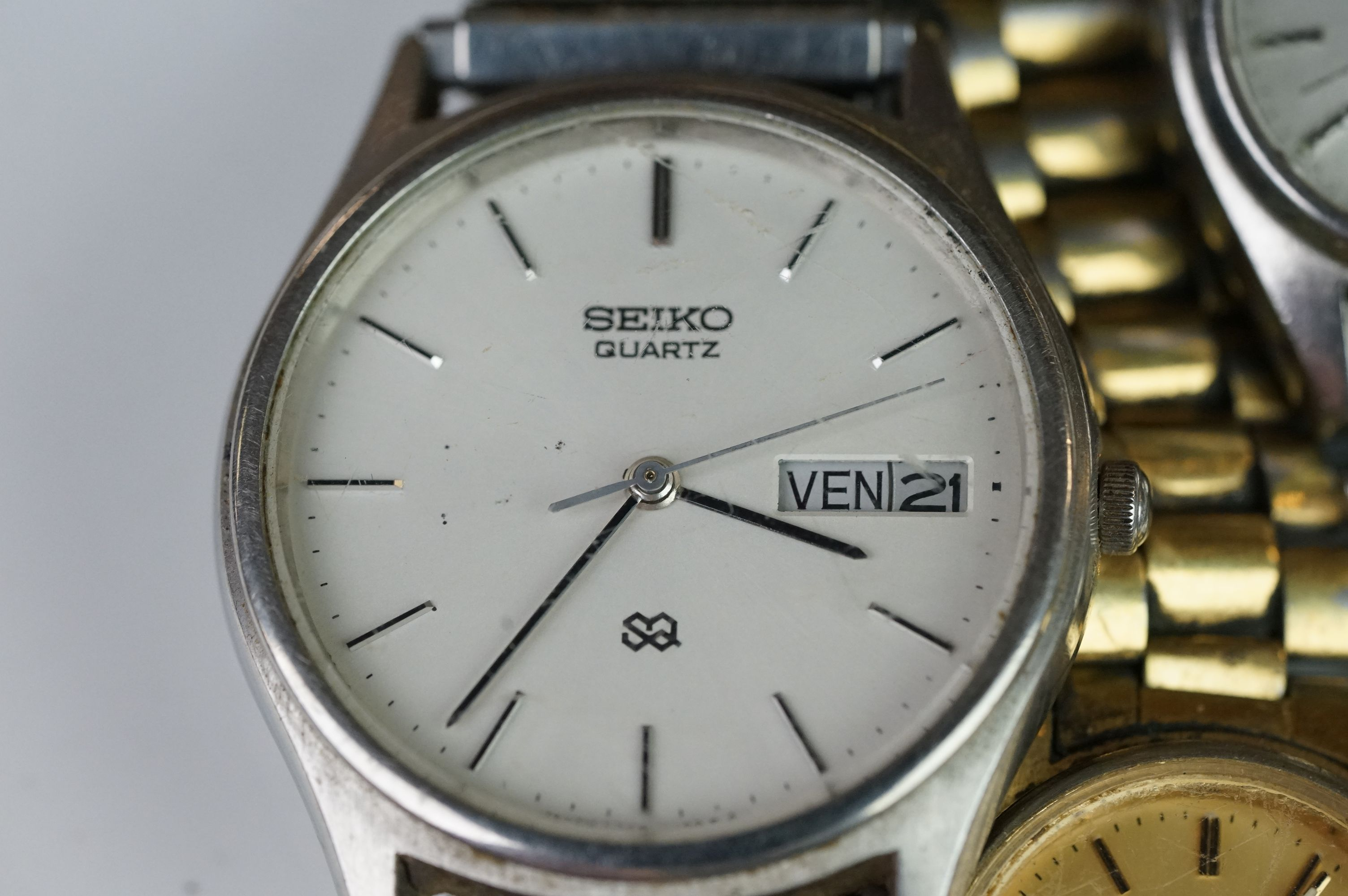 A selection of three Seiko SQ watches to include a gents and two ladies examples. - Image 2 of 15
