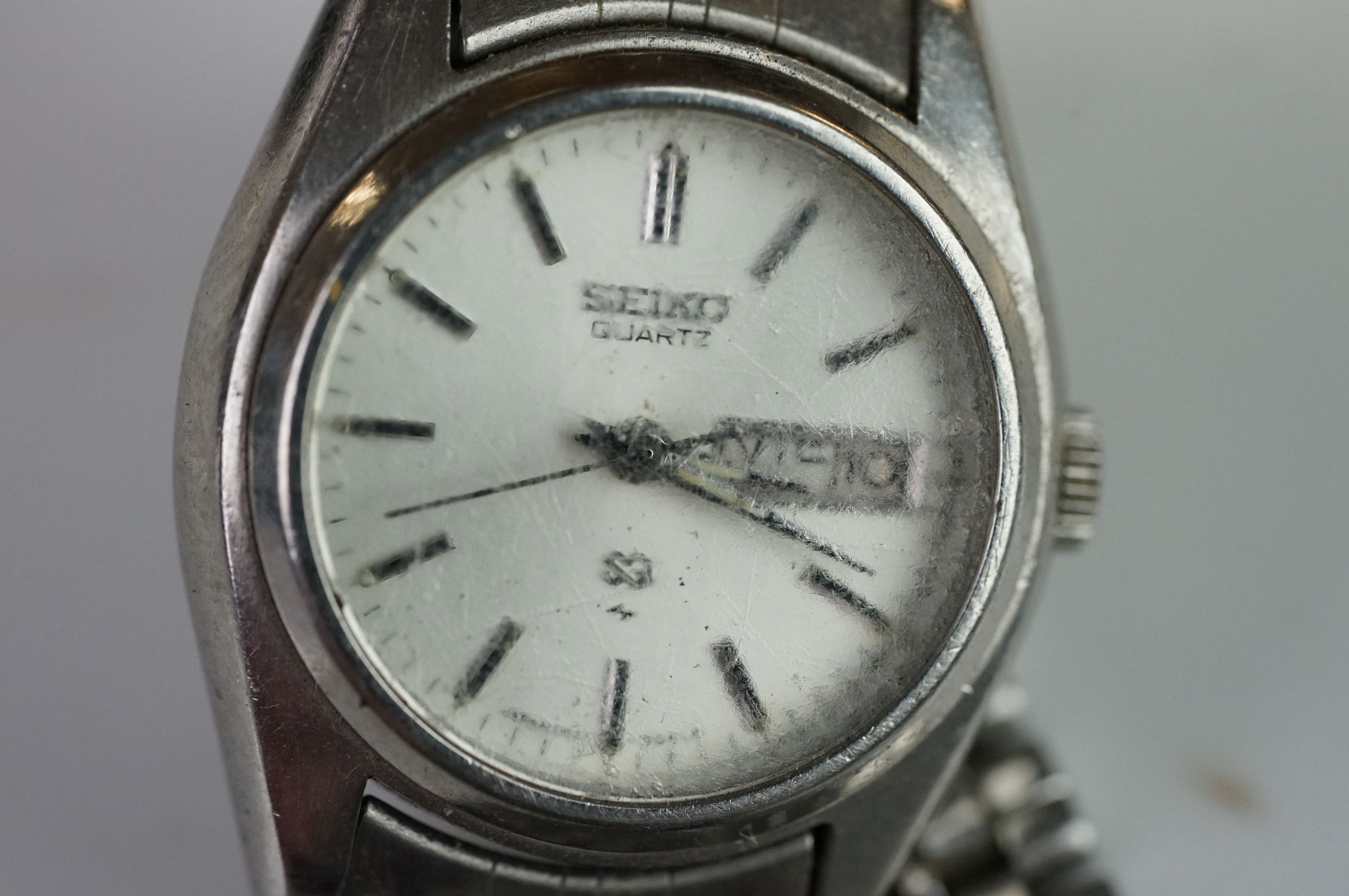A selection of three Seiko SQ watches to include a gents and two ladies examples. - Image 12 of 15