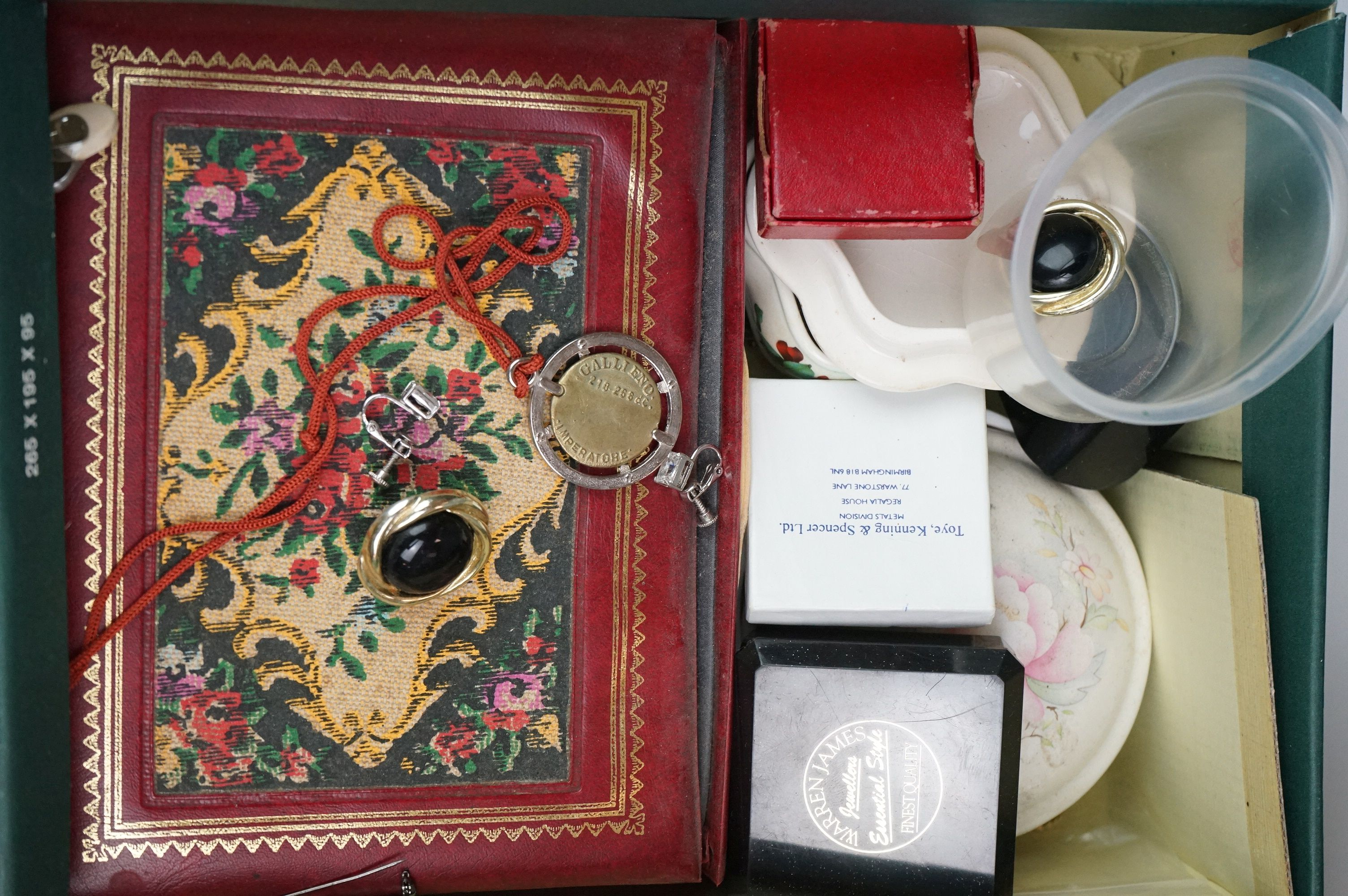 A collection of mainly vintage costume jewellery to include rings, earrings and bracelets. - Image 7 of 11