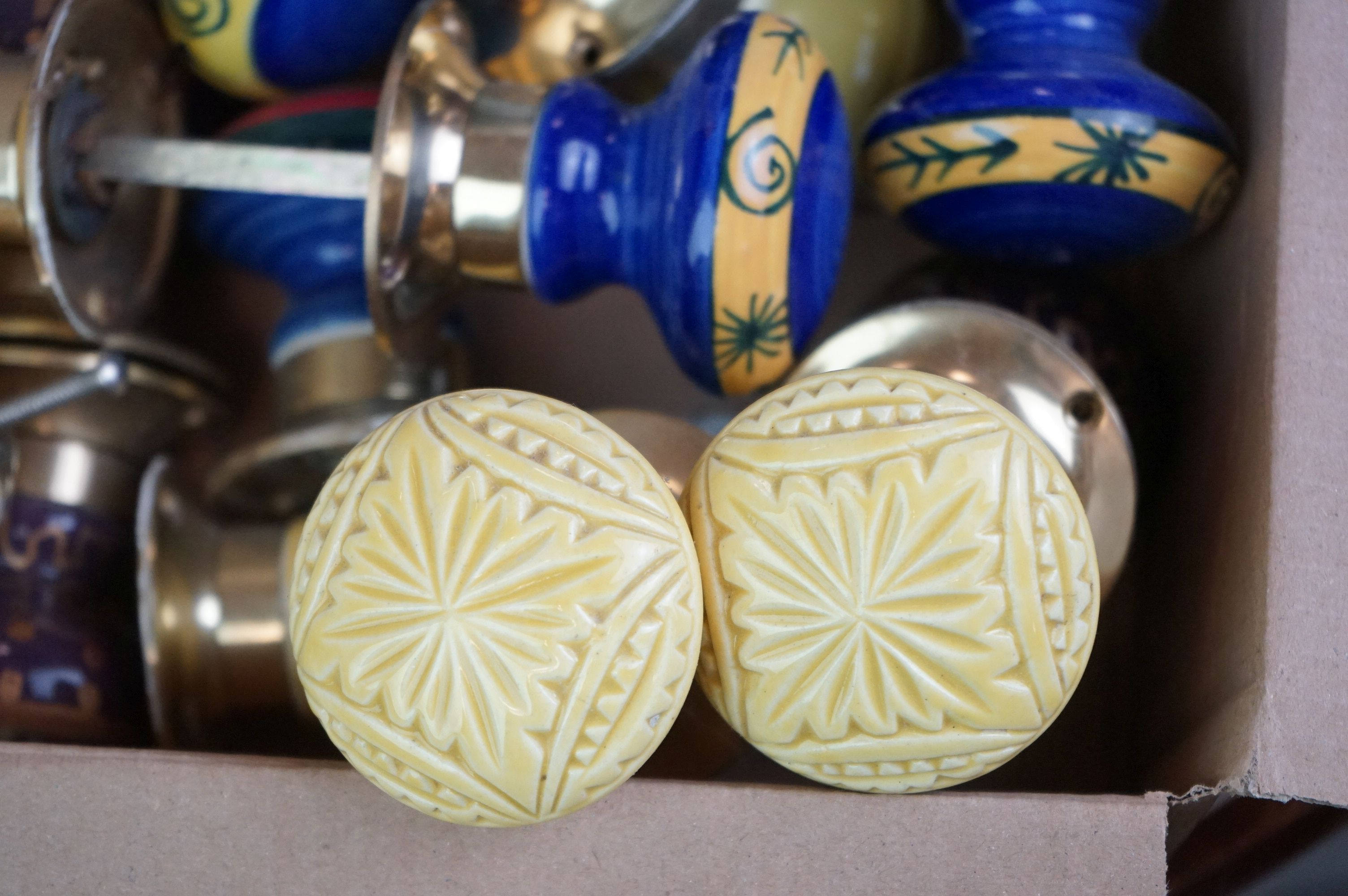 A collection of vintage ceramic door knobs. - Image 6 of 7