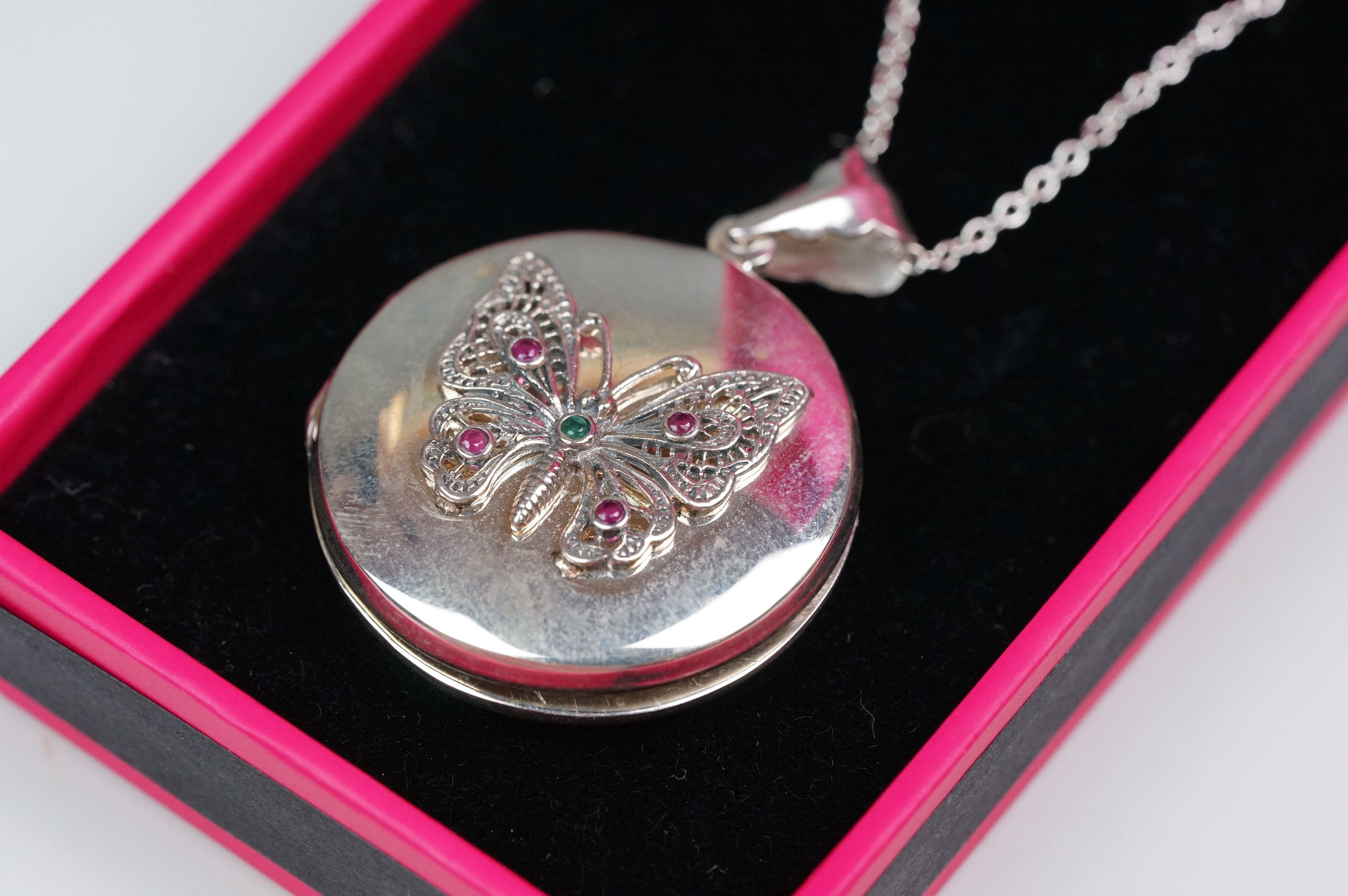 Silver butterfly locket on a silver chain - Image 2 of 4