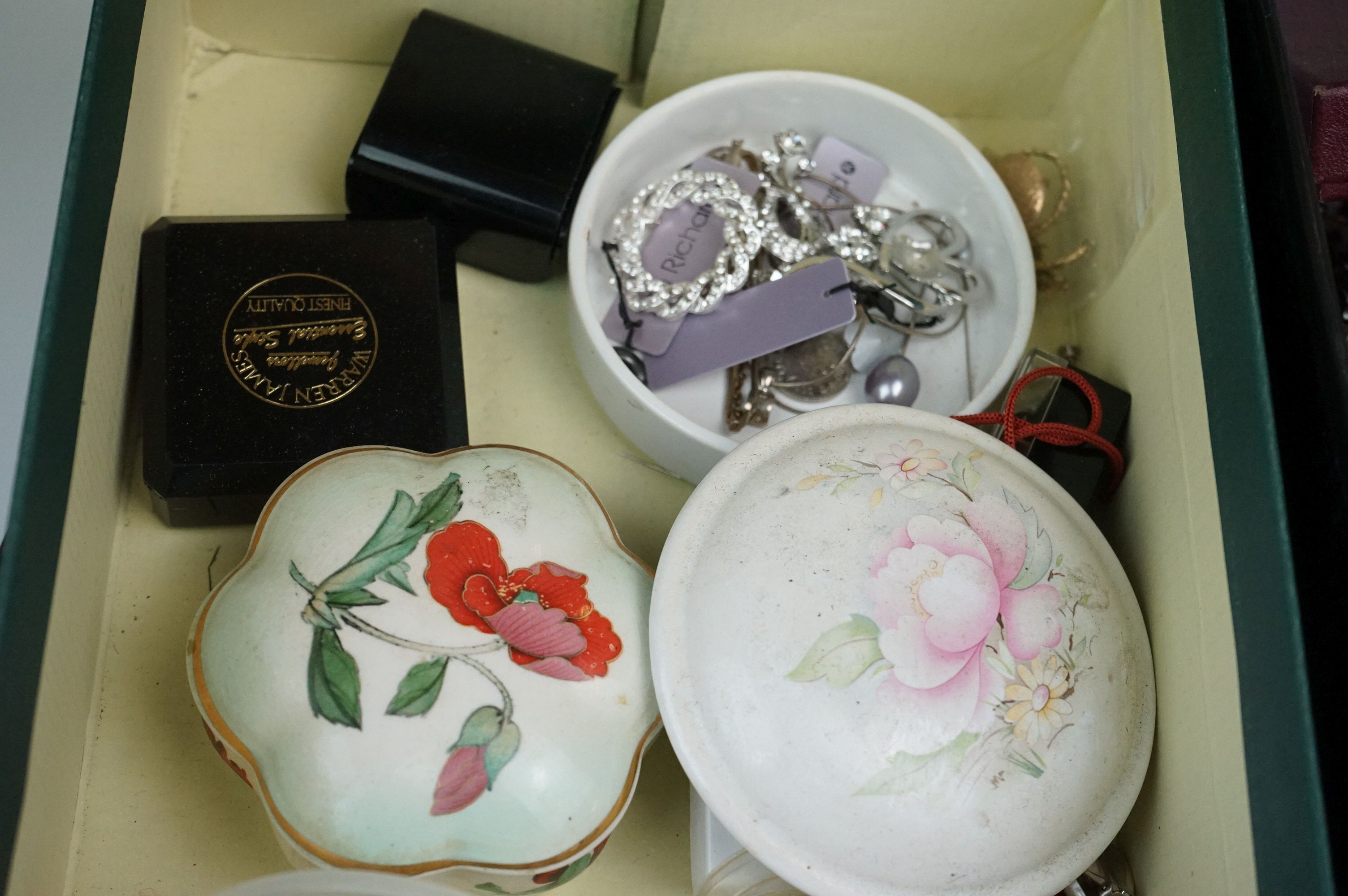 A collection of mainly vintage costume jewellery to include rings, earrings and bracelets. - Image 9 of 11
