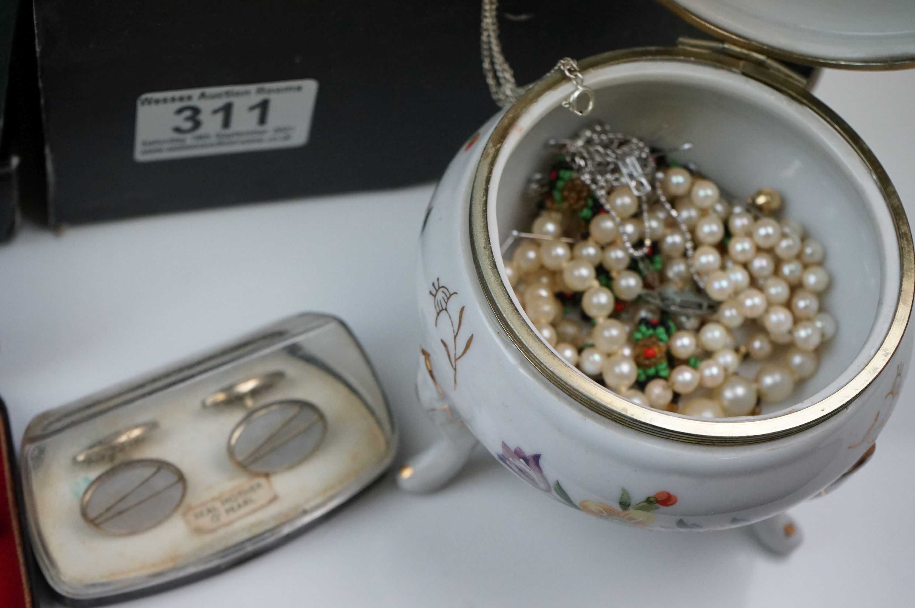 A collection of mainly vintage costume jewellery to include rings, earrings and bracelets. - Image 3 of 11