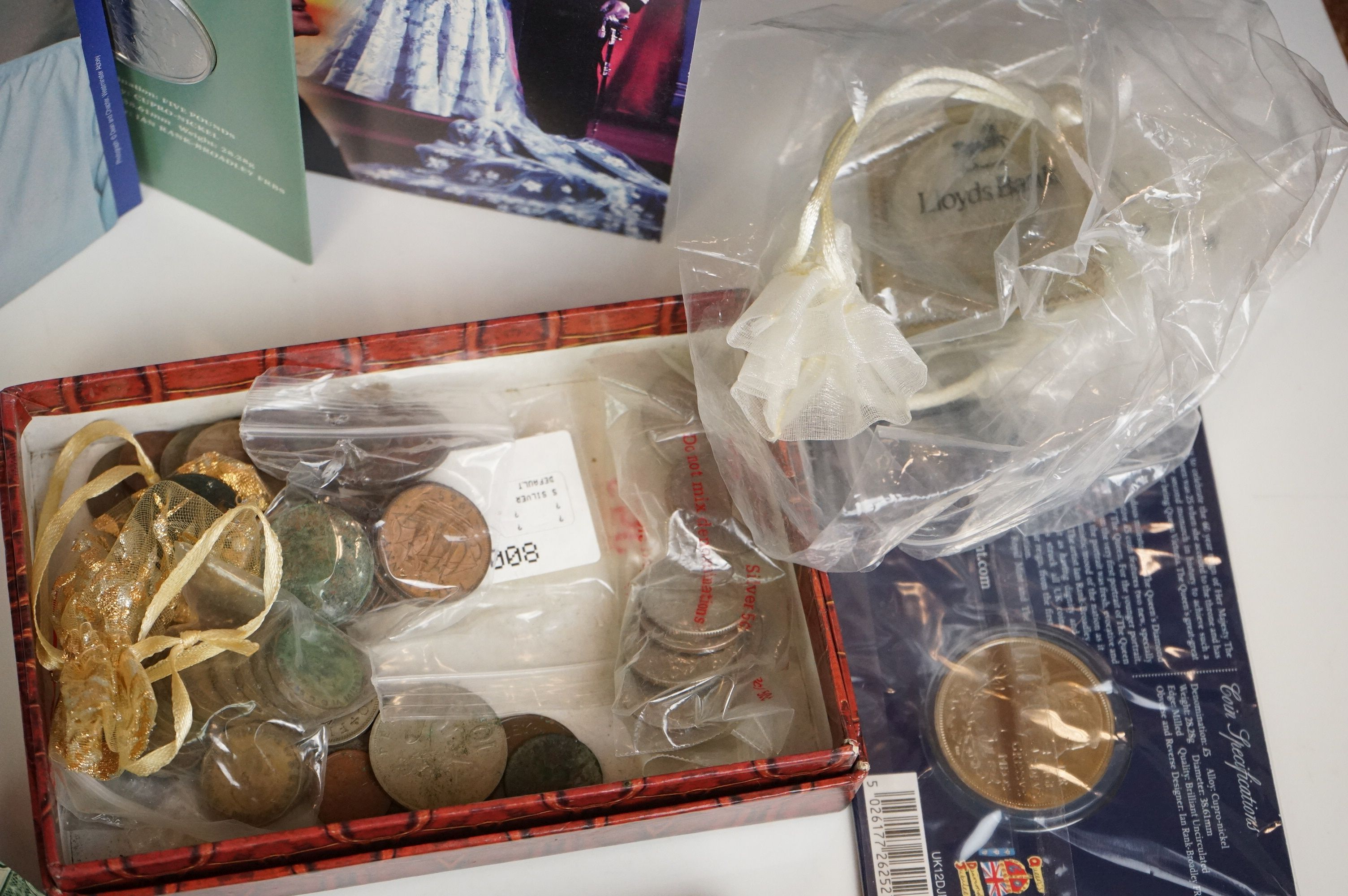 A collection of British and world coins to include commemorative and proof examples - Image 5 of 9