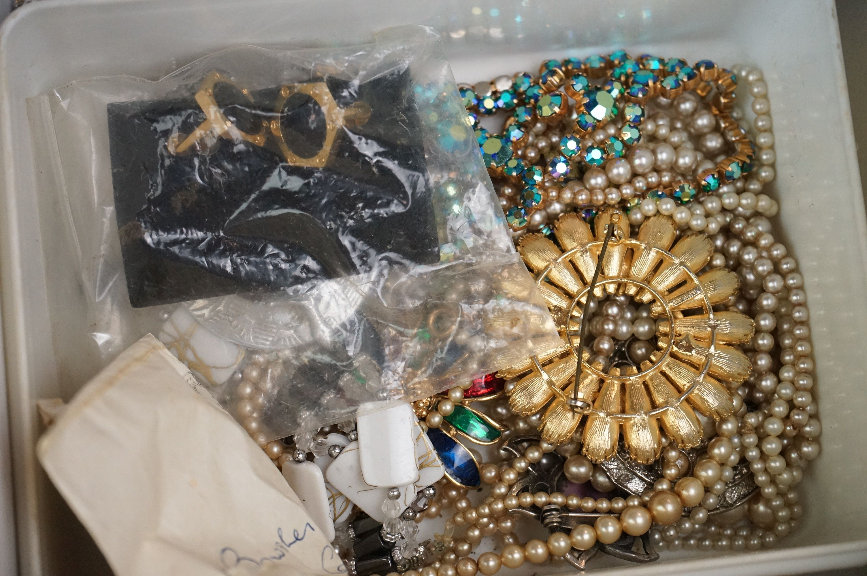 A collection of mainly vintage costume jewellery to include rings, earrings and bracelets. - Image 5 of 11