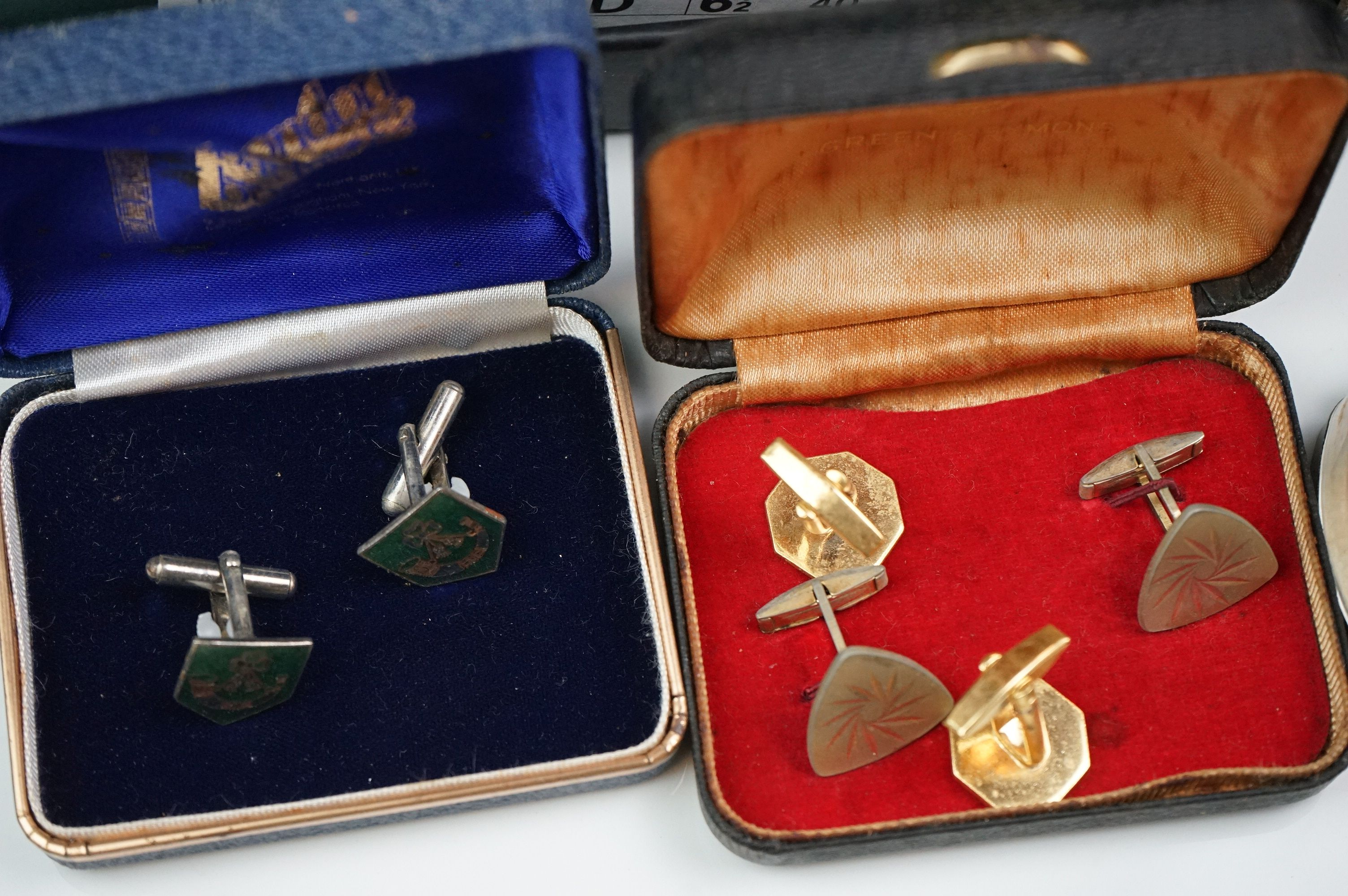 A collection of mainly vintage costume jewellery to include rings, earrings and bracelets. - Image 2 of 11