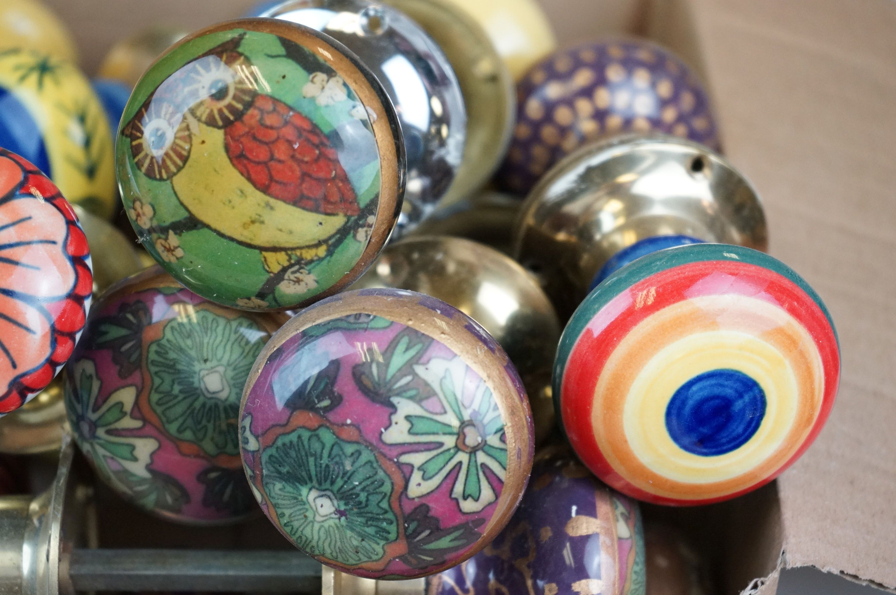 A collection of vintage ceramic door knobs. - Image 4 of 7