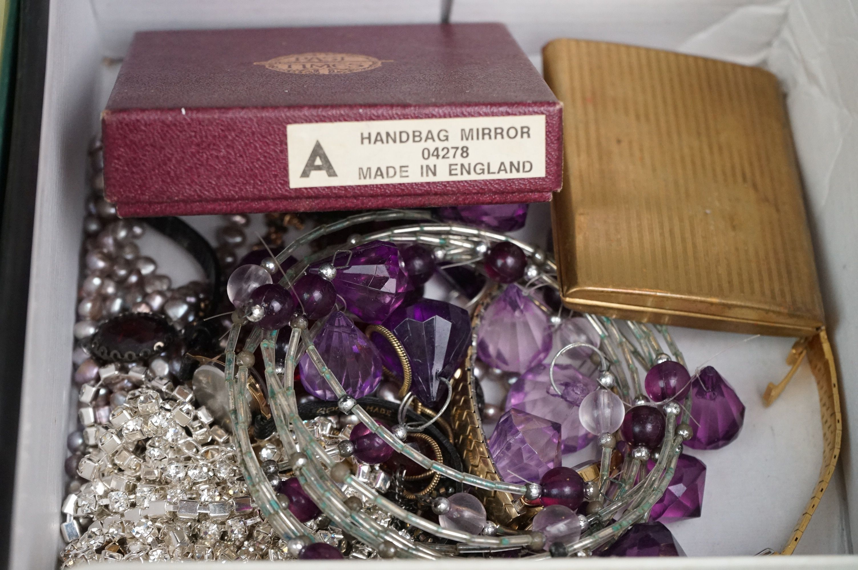 A collection of mainly vintage costume jewellery to include rings, earrings and bracelets. - Image 6 of 11