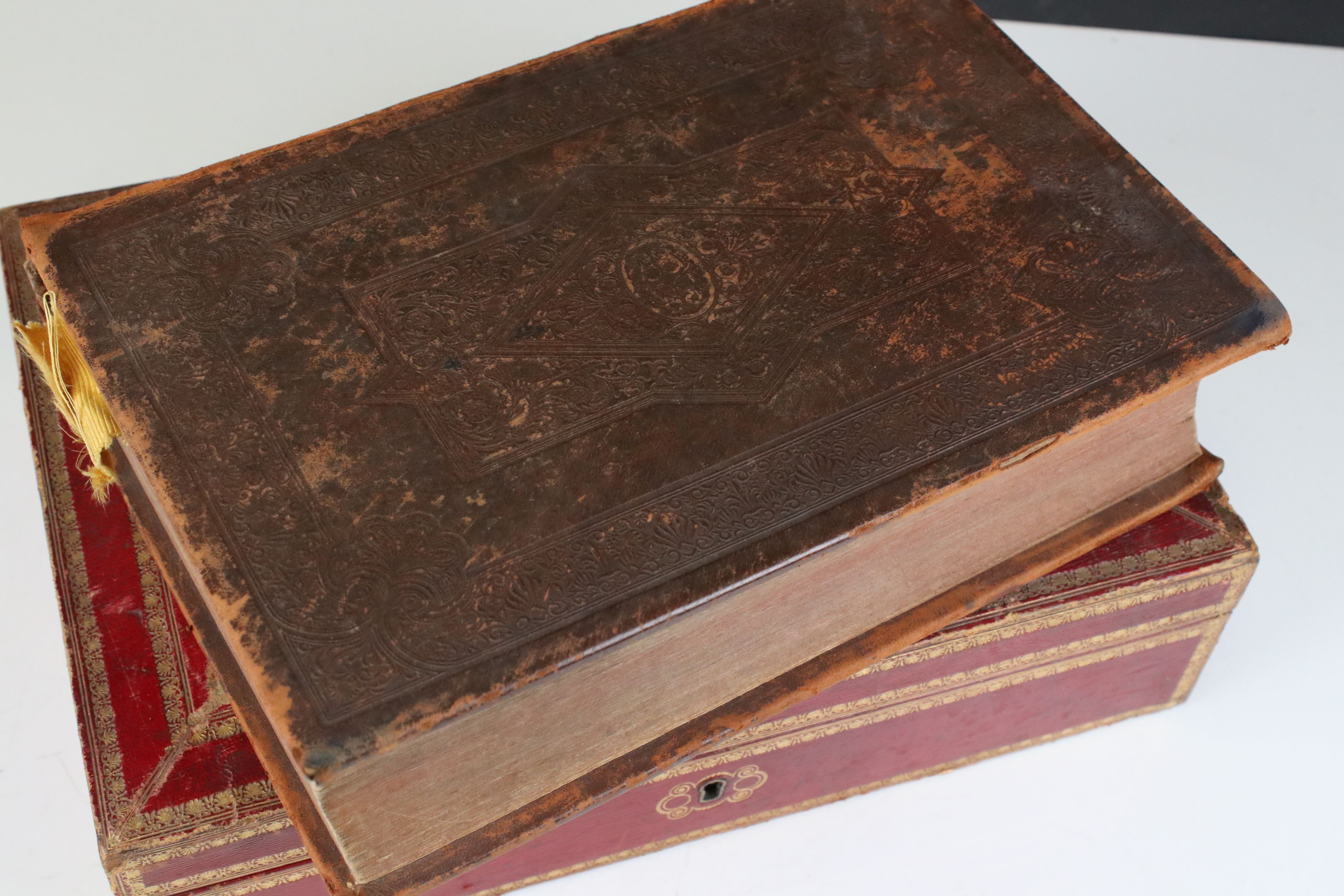 Late 19th / Early 20th century Tooled Red Leather and Gilt Box with blue lined interior containing a - Image 2 of 5