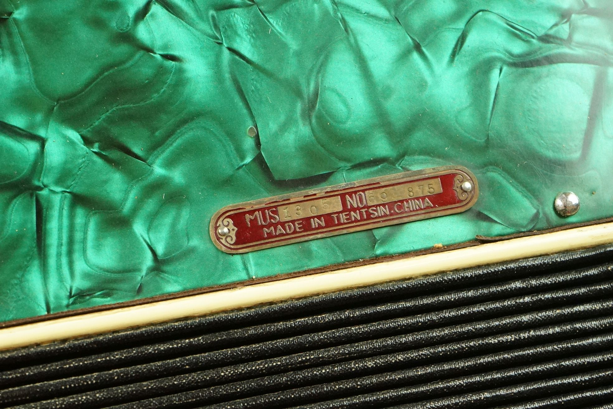 A vintage Parrot Accordion in green in original fitted case. - Image 8 of 10