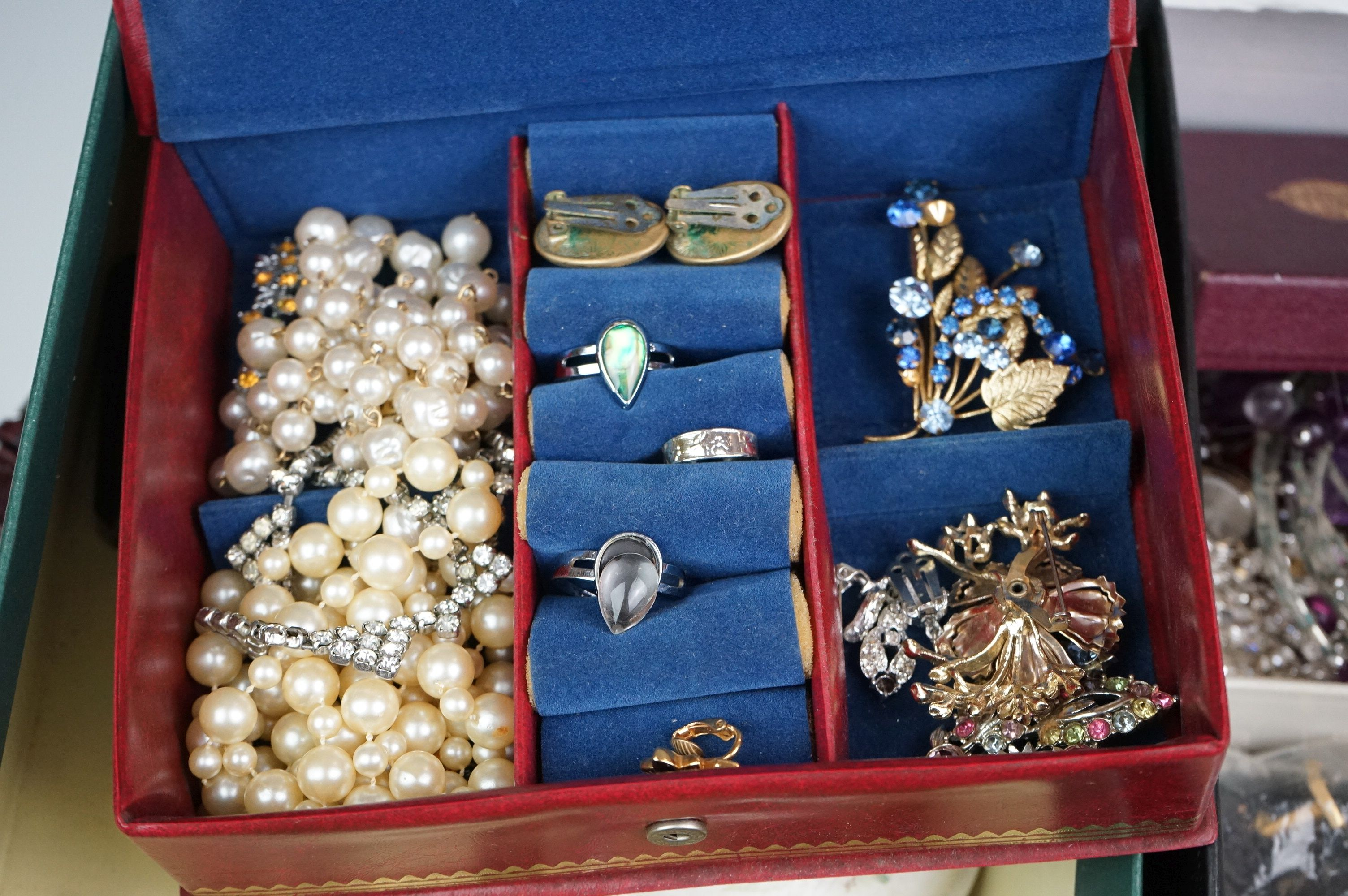 A collection of mainly vintage costume jewellery to include rings, earrings and bracelets. - Image 10 of 11