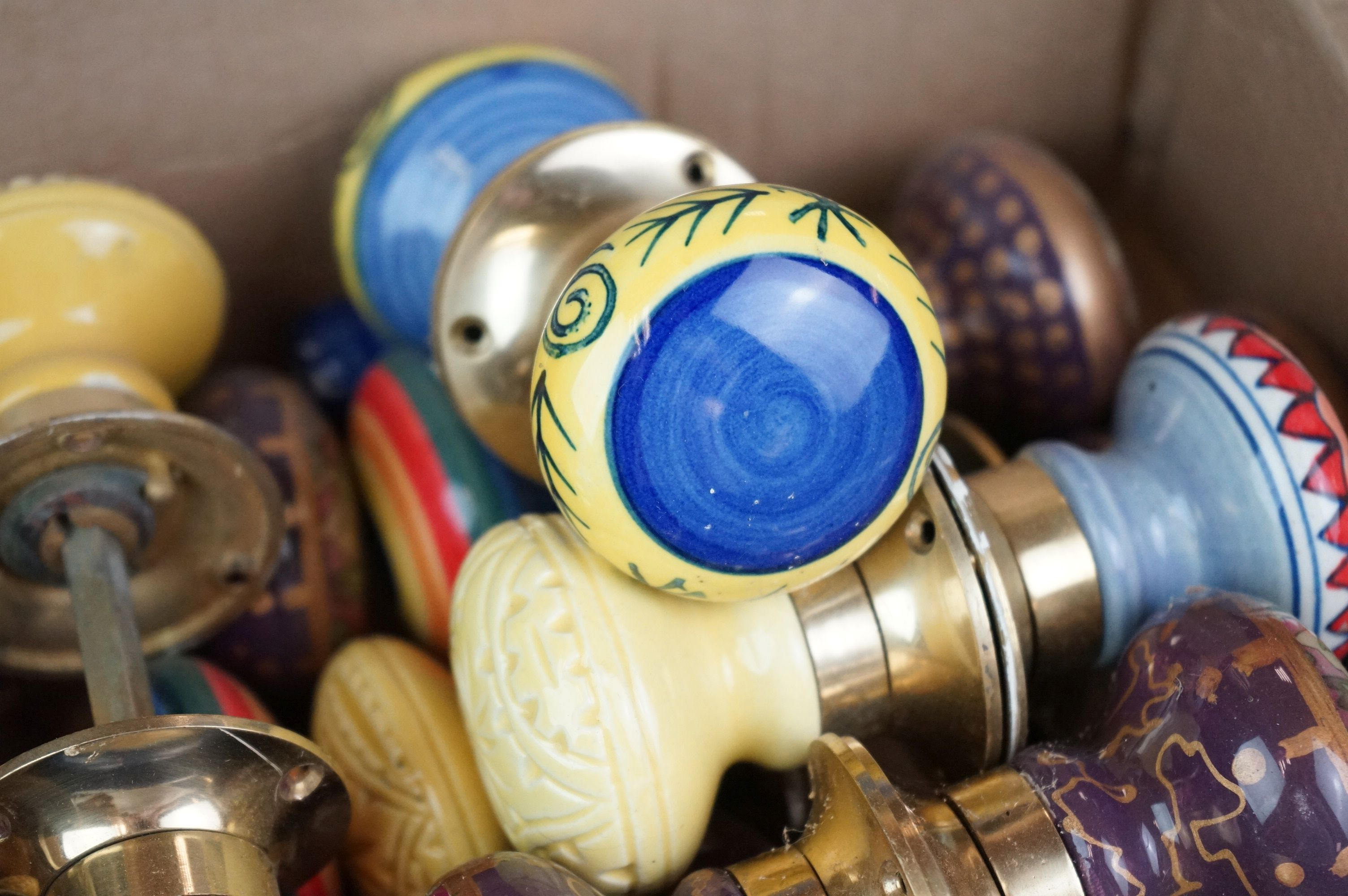 A collection of vintage ceramic door knobs. - Image 2 of 7