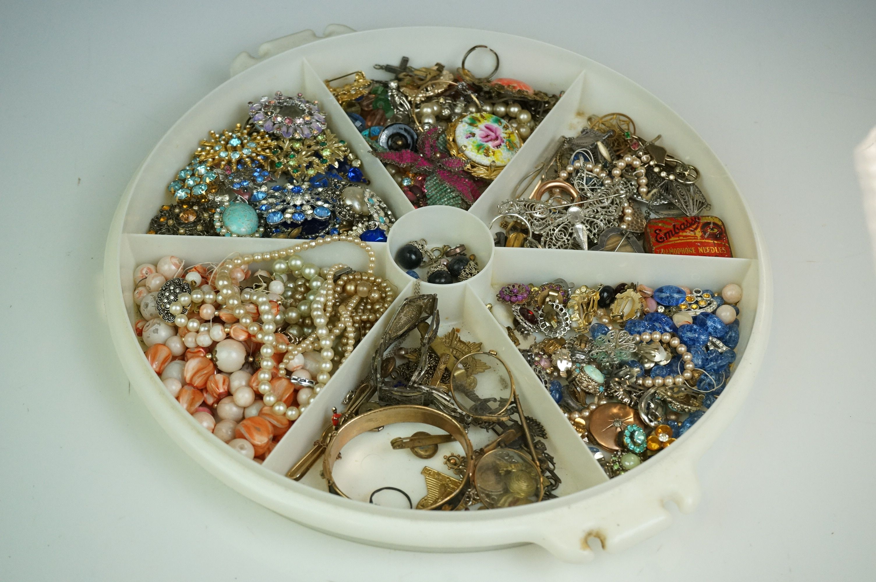A collection of vintage costume jewellery to include gold and silver examples together with a - Image 5 of 5