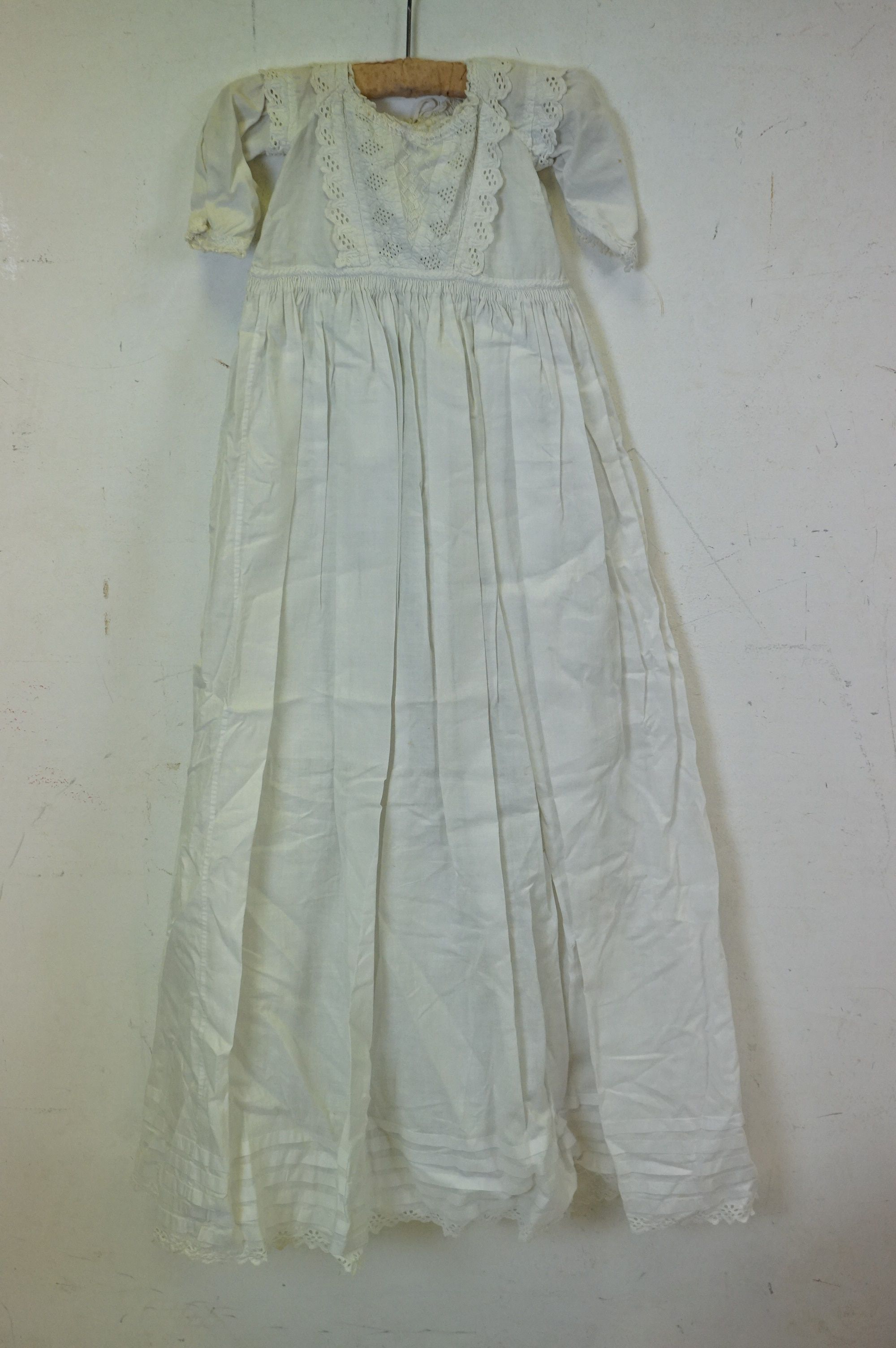 Six items of Victorian / Edwardian White Linen Clothing including Night Dresses, Underskirts and - Image 2 of 6