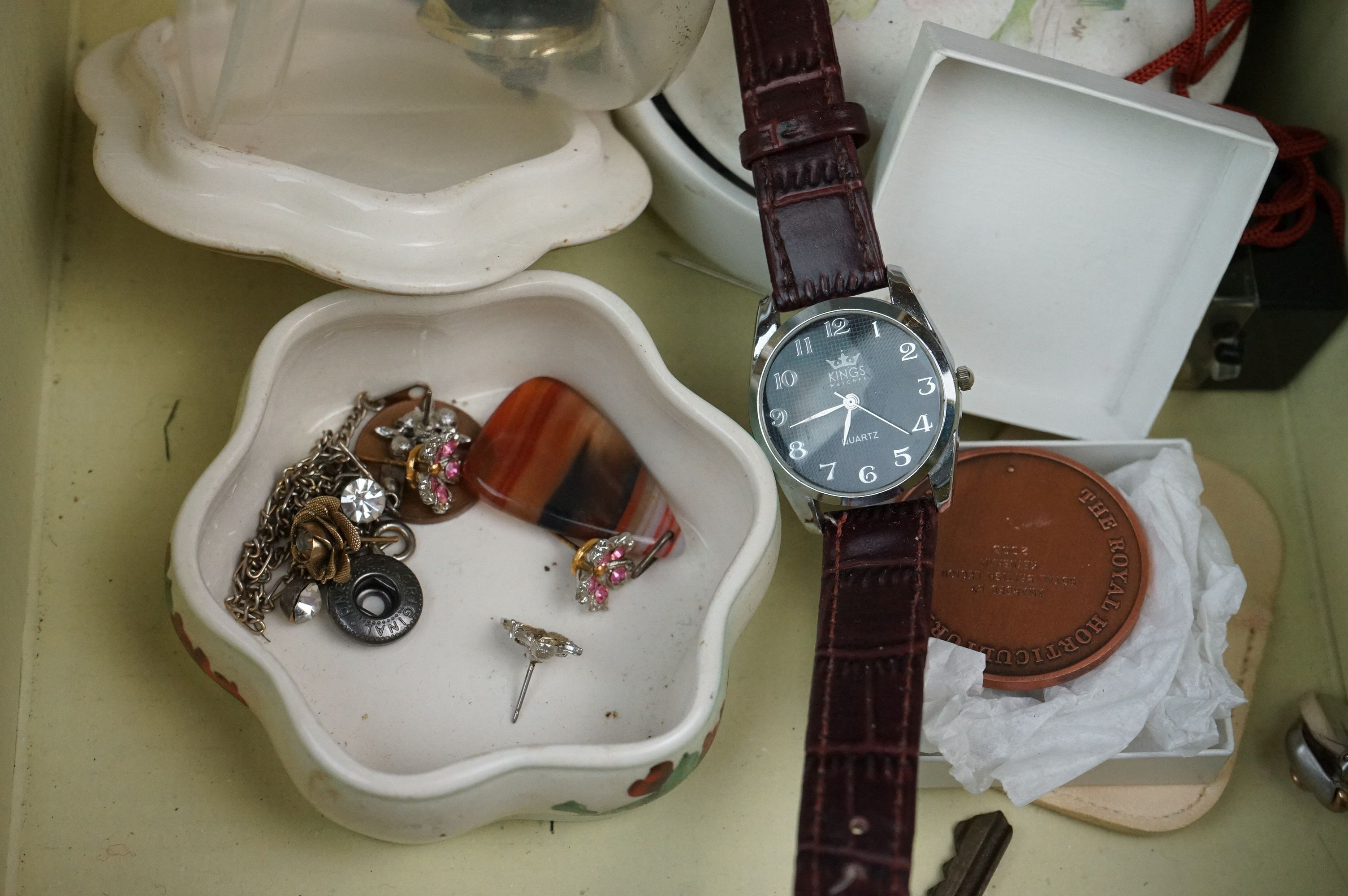 A collection of mainly vintage costume jewellery to include rings, earrings and bracelets. - Image 8 of 11