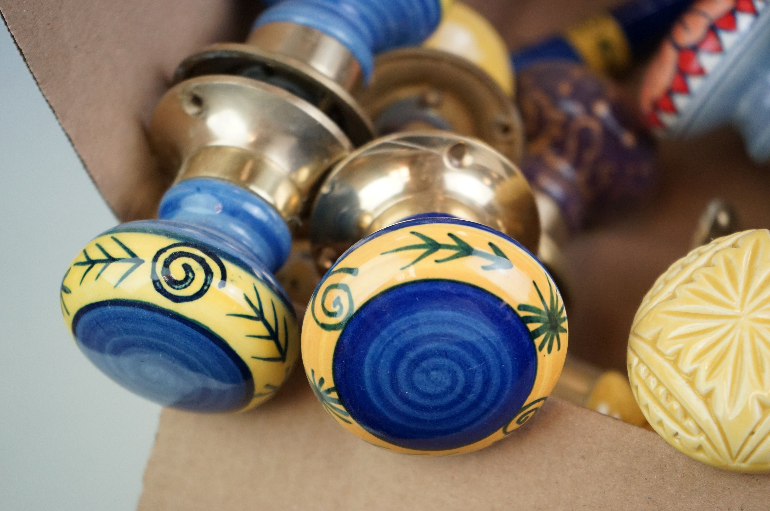A collection of vintage ceramic door knobs. - Image 7 of 7