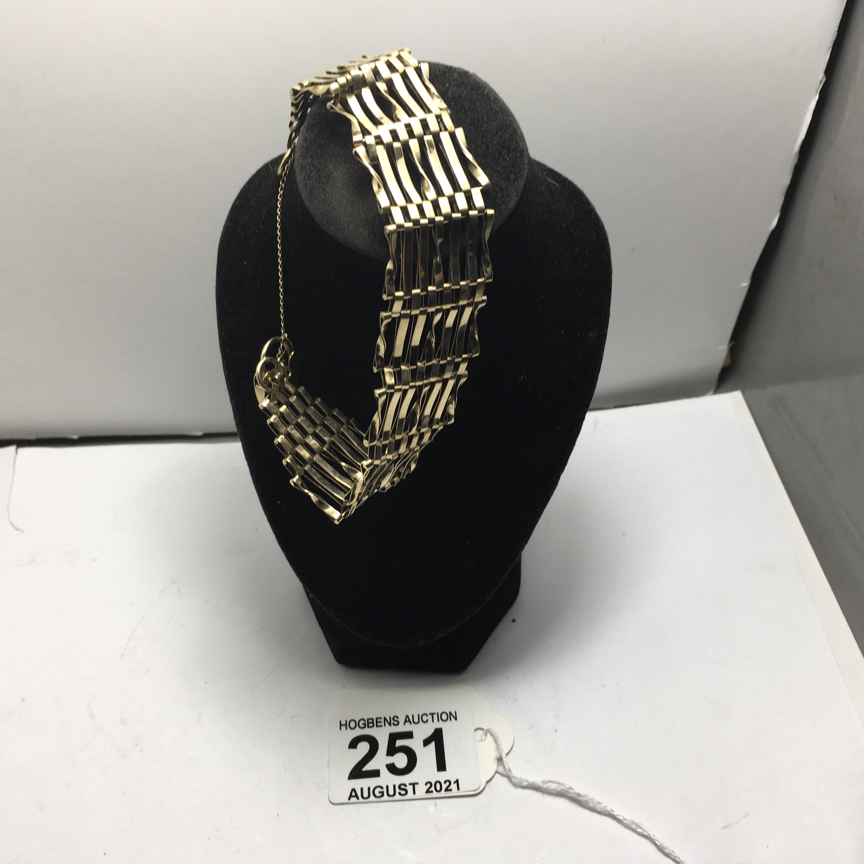 9ct gold ladies gate bracelet, 11 grams - Image 3 of 4