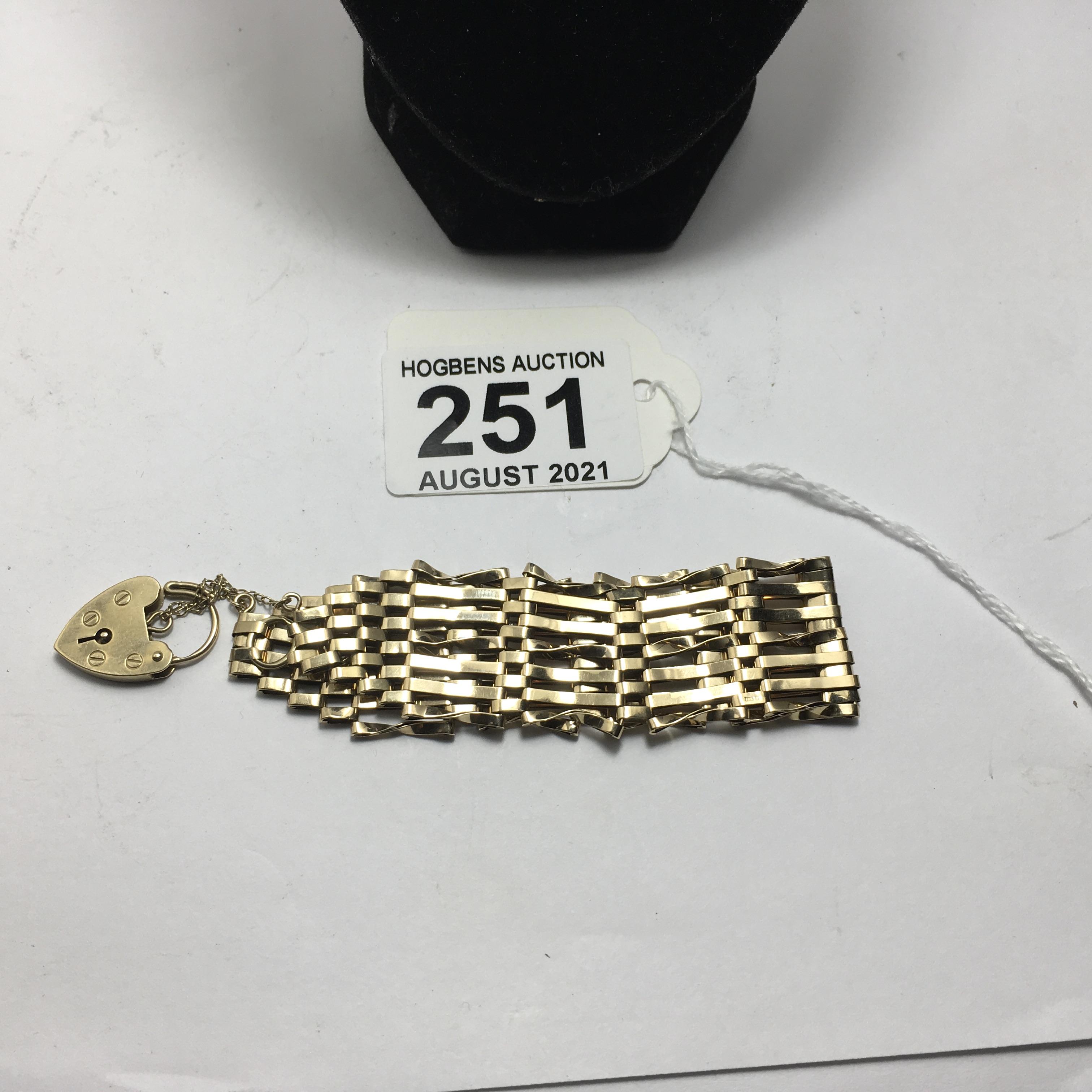 9ct gold ladies gate bracelet, 11 grams - Image 4 of 4
