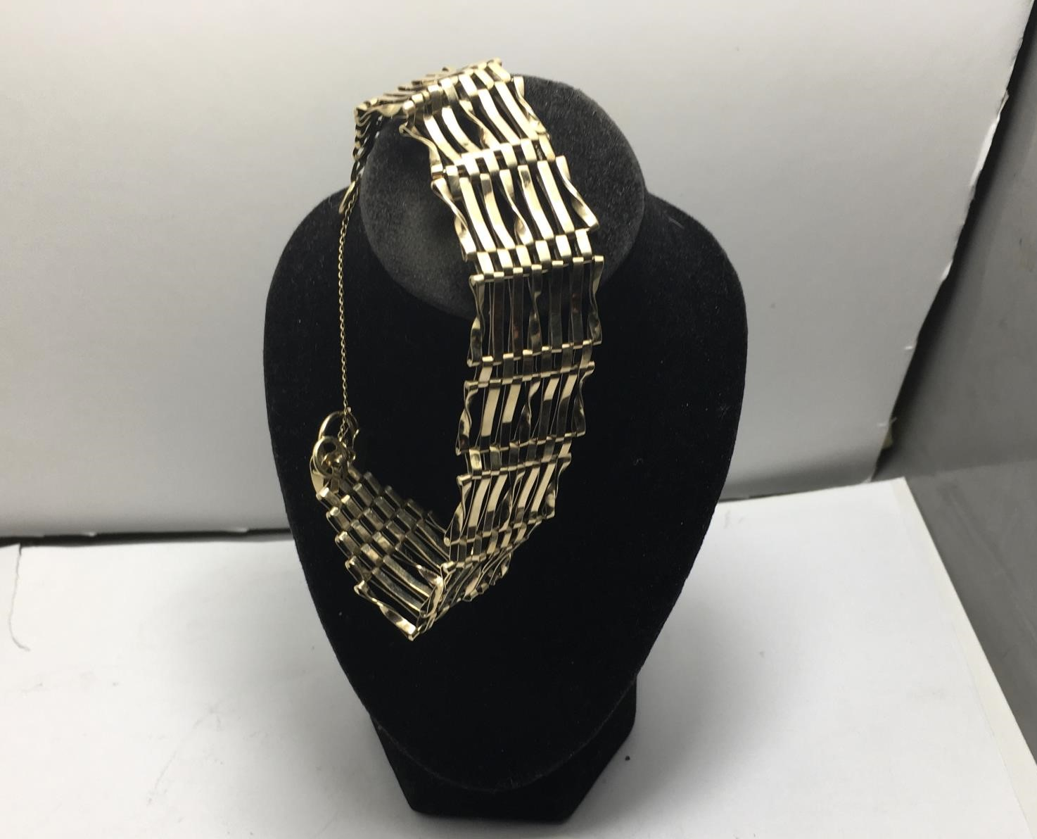 9ct gold ladies gate bracelet, 11 grams