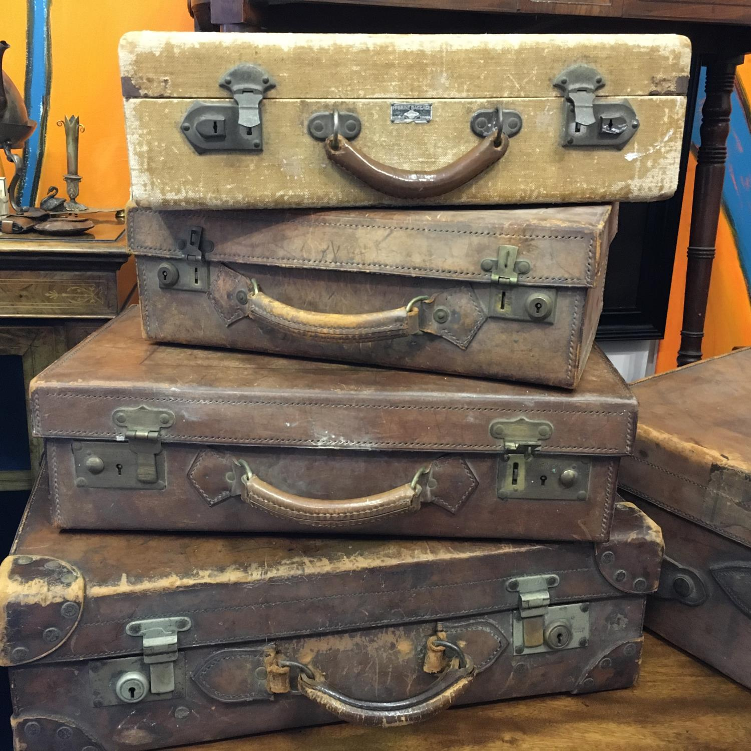 4 x matching antique leather suitcases of graduating size in what appears to be a set of 4, and 1 - Image 2 of 9