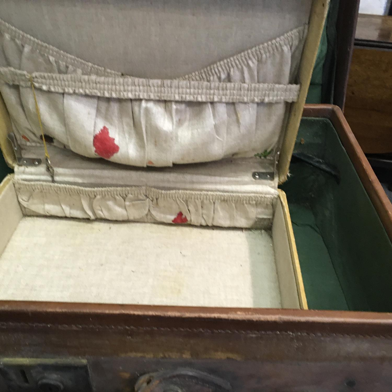 4 x matching antique leather suitcases of graduating size in what appears to be a set of 4, and 1 - Image 5 of 9