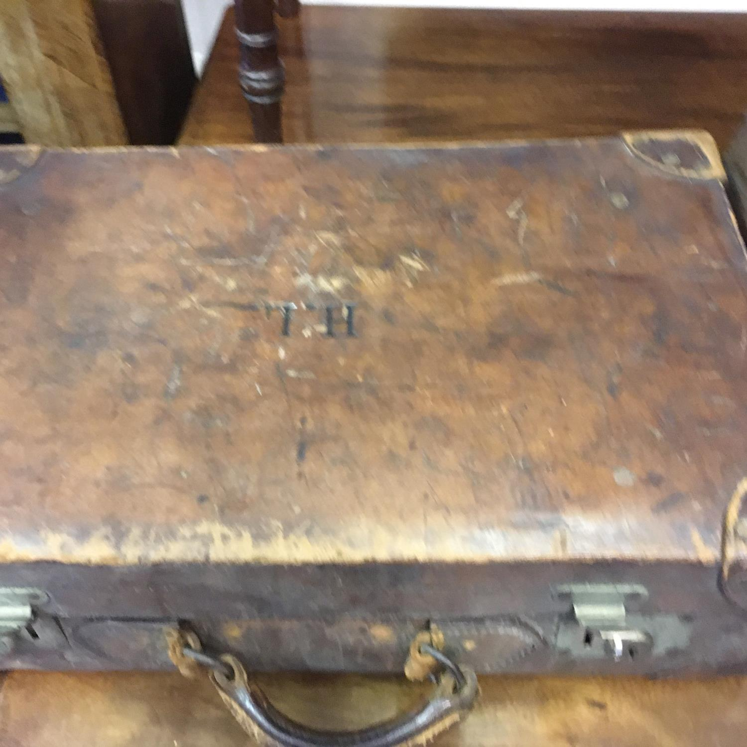4 x matching antique leather suitcases of graduating size in what appears to be a set of 4, and 1 - Image 8 of 9