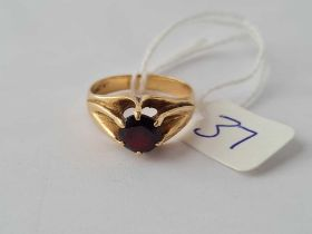 A garnet ring 9ct size P - 3.8 gms