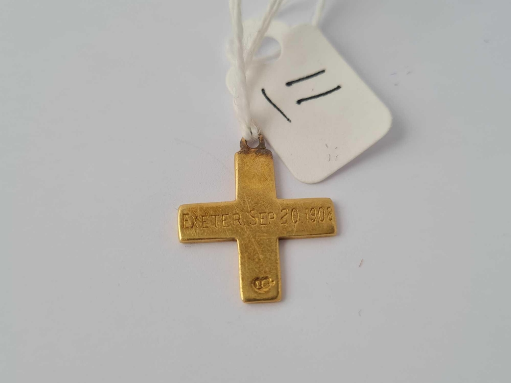 A small 18ct gold cross inscribed to reverse 'Exeter Se9 20th 1908' 2.8g - Image 2 of 2