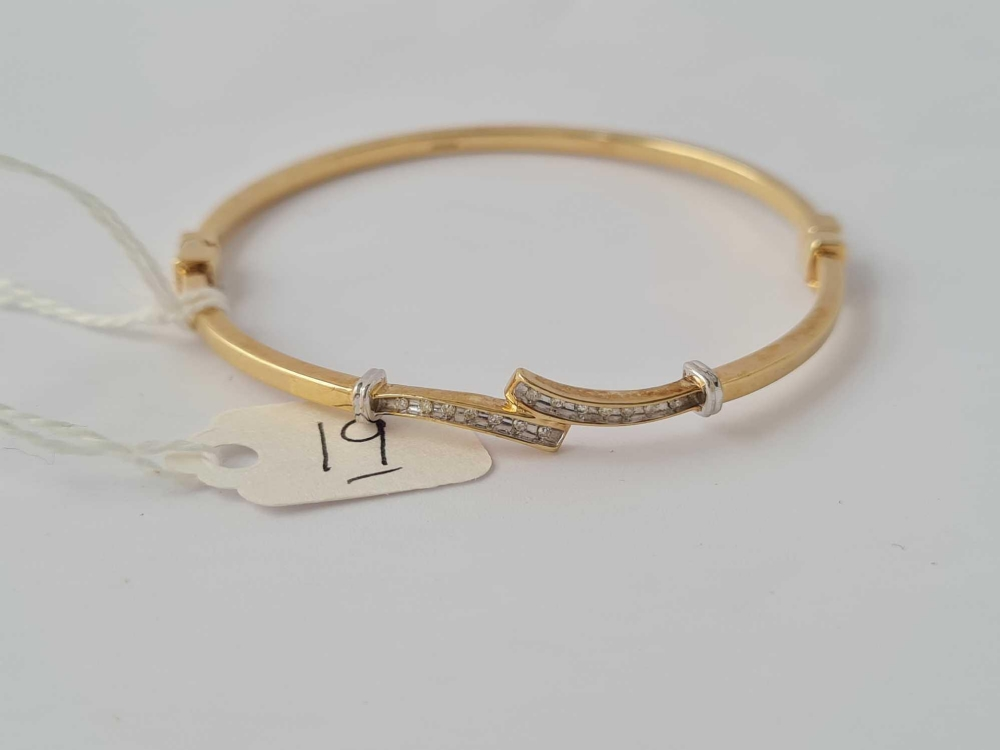 An attractive hinged 9ct bangle with channel set diamonds 6.6g inc