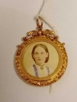 A Victorian embossed photo locket 9ct
