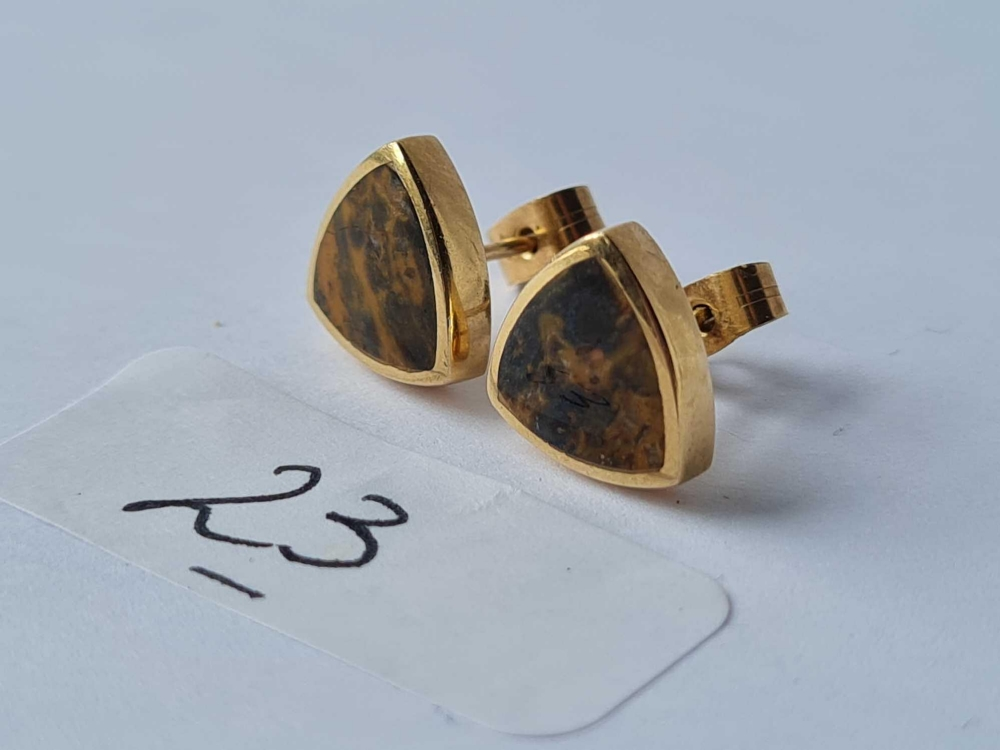 A pair of polished triangular stone set 9ct earrings 2.9g - Image 2 of 2