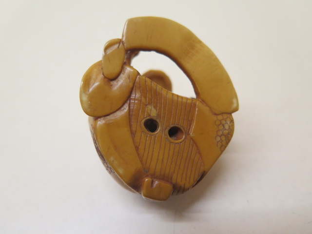 A well carved 19th / early 20th century ivory scribe Netsuke, 3cm x 4.5cm, in good condition - Image 4 of 4
