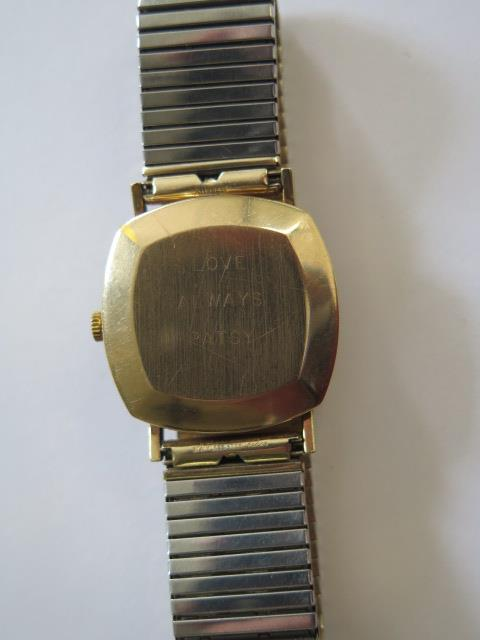 A hallmarked 9ct yellow gold Bulova quartz date wristwatch, 30mm wide on a plated strap, in - Image 3 of 4