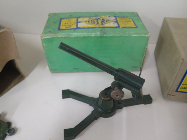 Military diecast to include Astra anti-aircraft gun, round base searchlight, fort gun and bulloch - Image 3 of 8