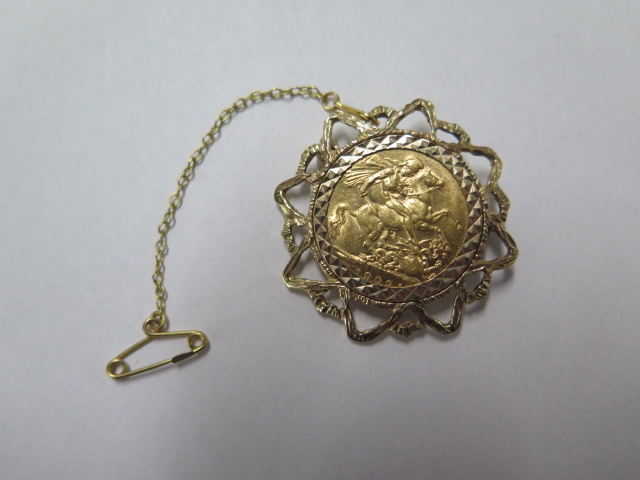 An Edward VII gold full sovereign dated 1909 in a hallmarked 9ct brooch, total weight approx 12.6