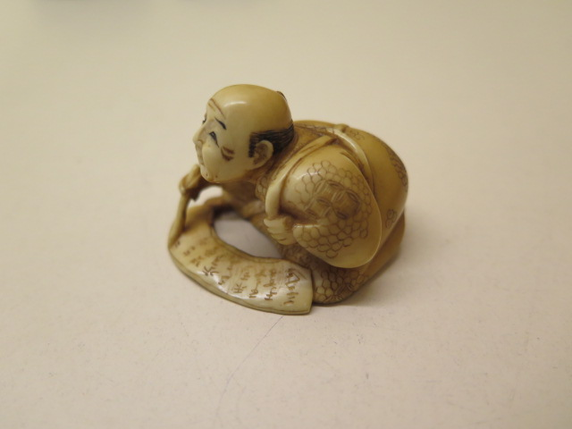 A well carved 19th / early 20th century ivory scribe Netsuke, 3cm x 4.5cm, in good condition - Image 2 of 4