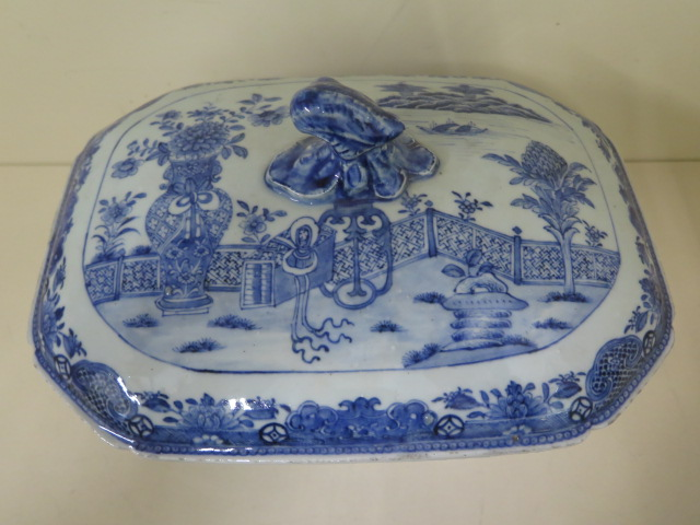 A 19th century Chinese blue and white trellis pattern lidded tureen, 22cm tall x 32cm x 21cm with - Image 2 of 7