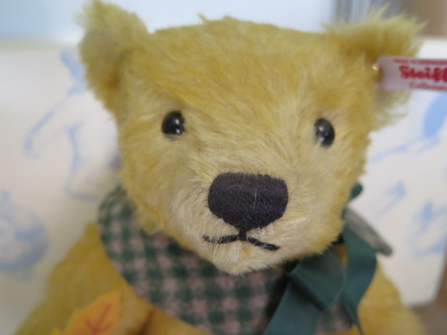A Steiff Maple (Club bear 2016), 27cm tall, mohair, Limited edition number 306, boxed with - Image 2 of 2