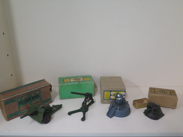 Military diecast to include Astra anti-aircraft gun, round base searchlight, fort gun and bulloch