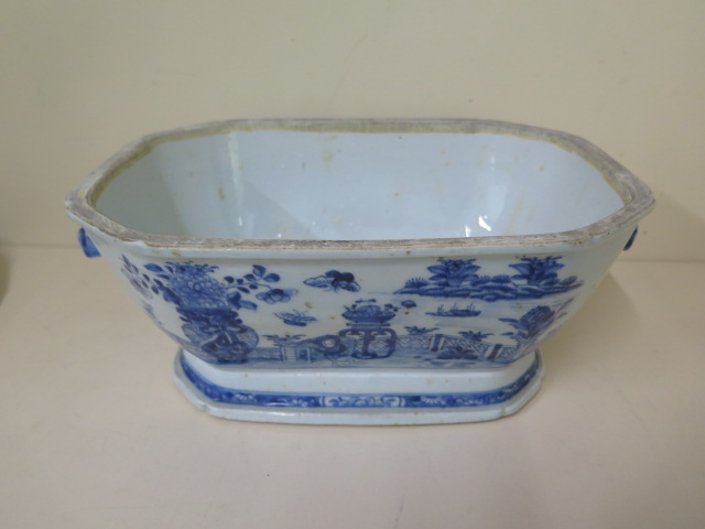 A 19th century Chinese blue and white trellis pattern lidded tureen, 22cm tall x 32cm x 21cm with - Image 4 of 7