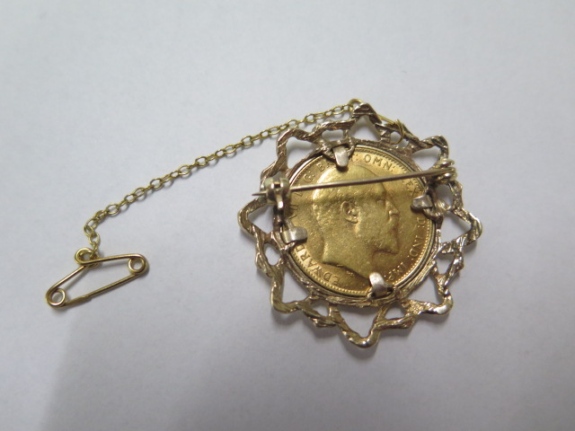 An Edward VII gold full sovereign dated 1909 in a hallmarked 9ct brooch, total weight approx 12.6 - Image 2 of 2