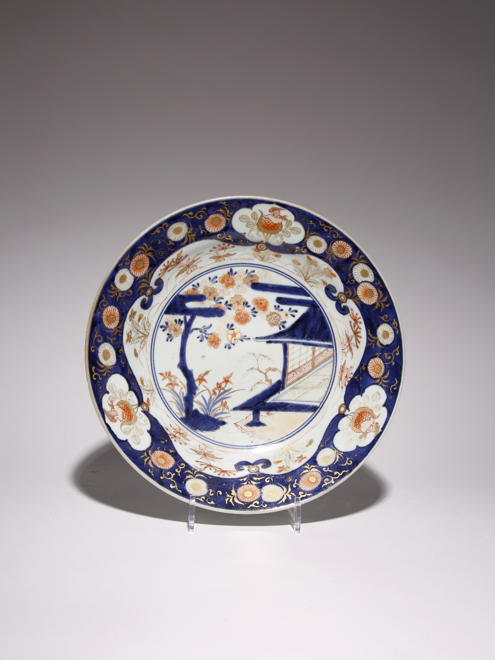 A JAPANESE IMARI DISH EDO PERIOD, LATE 17TH/EARLY 18TH CENTURY Typically decorated in underglaze